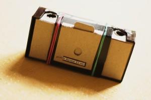 Technické parametry: Velikost dírky cca 0,2 mm, ohnisko 28 mm, F 125, materiál: karton, papír, lepící páska, hliníkový plíšek, gumičky, film Fomapan profi line classic.